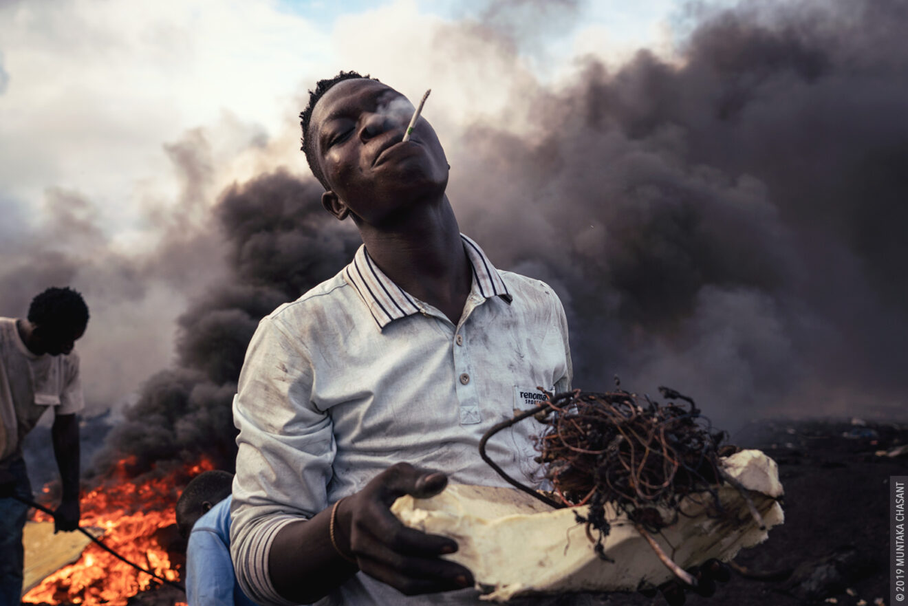 Agbogbloshie urban miner smoking by Muntaka Chasant