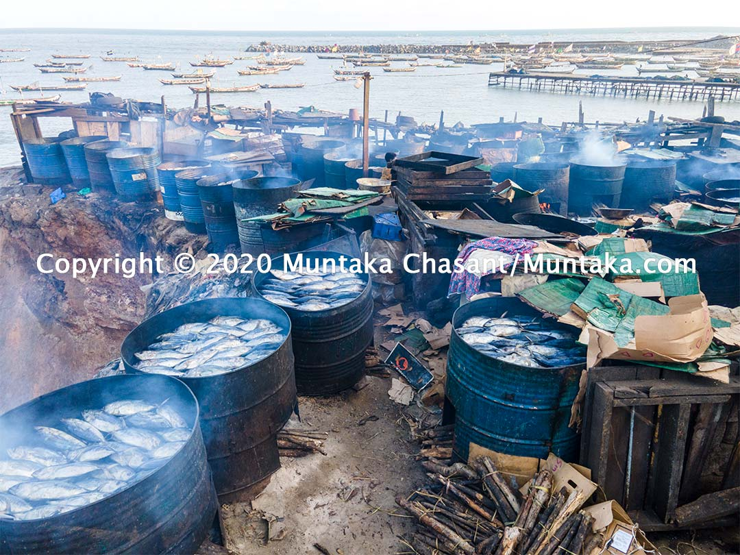 Using traditional kilns to smoke fish at Jamestown, Accra, Ghana. This exposes fish processors and consumers to polycyclic aromatic hydrocarbons, known carcinogens linked to several cancers. It is also a major source of air pollution around the area. Copyright © 2020 Muntaka Chasant