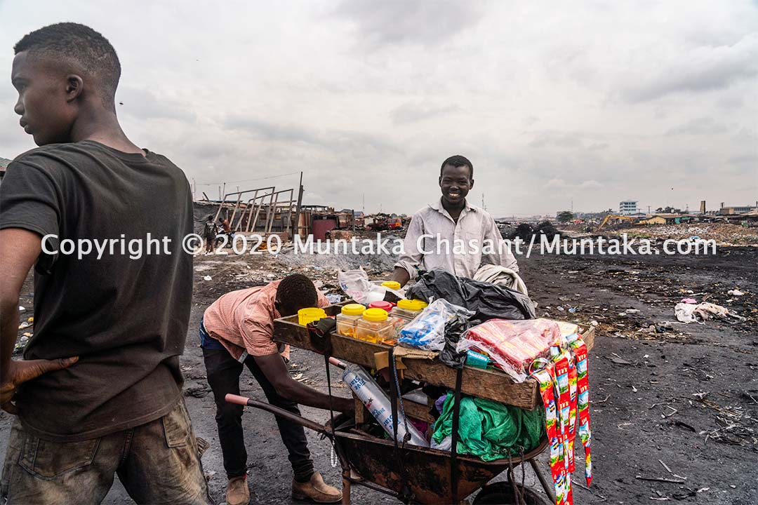 Urban poor buy breakfast and other snacks from this wheelbarrow cart around the Agbogbloshie scrapyard. Copyright © 2020 Muntaka Chasant