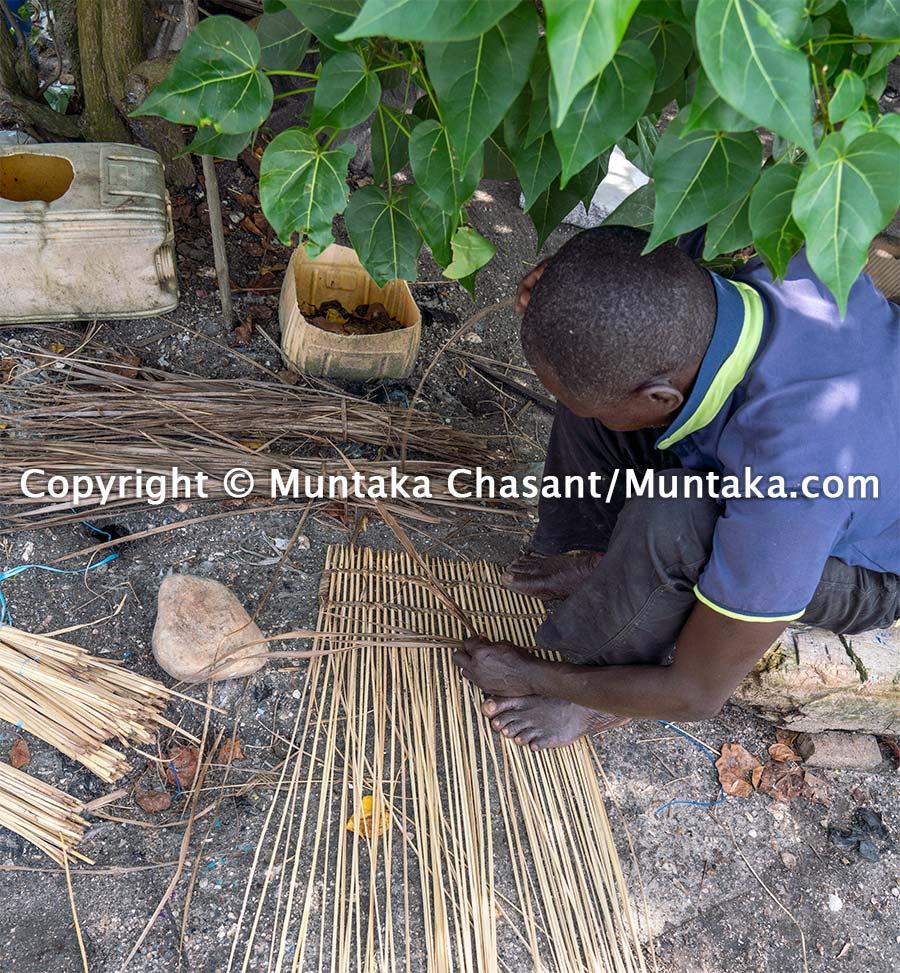 Handmaking blue crabs trap in Ghana. Copyright © Muntaka Chasant